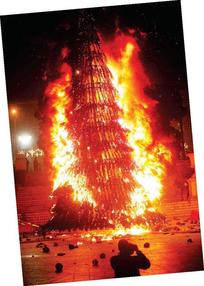 Το χριστουγεννιάτικο δέντρο καίγεται